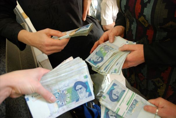 iran-currency-hands-2